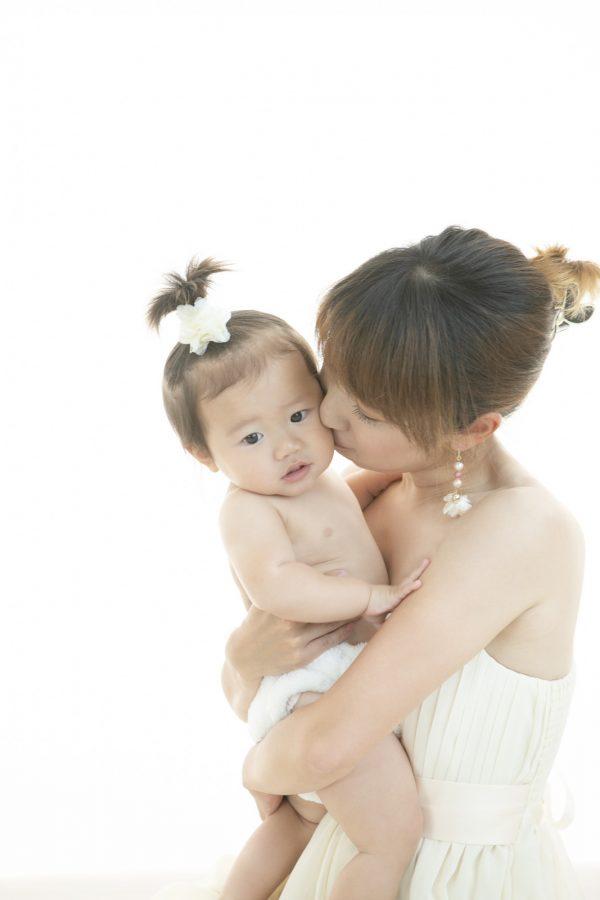 笑顔が最高!! ママと一緒の授乳フォト