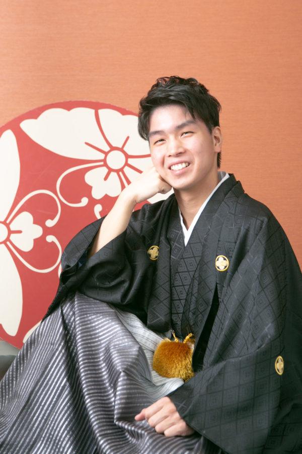 男性袴を着て成人記念撮影